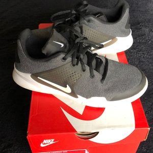 Nike Arrow GS. Size 7.5 Womens. Size 6 Kids.